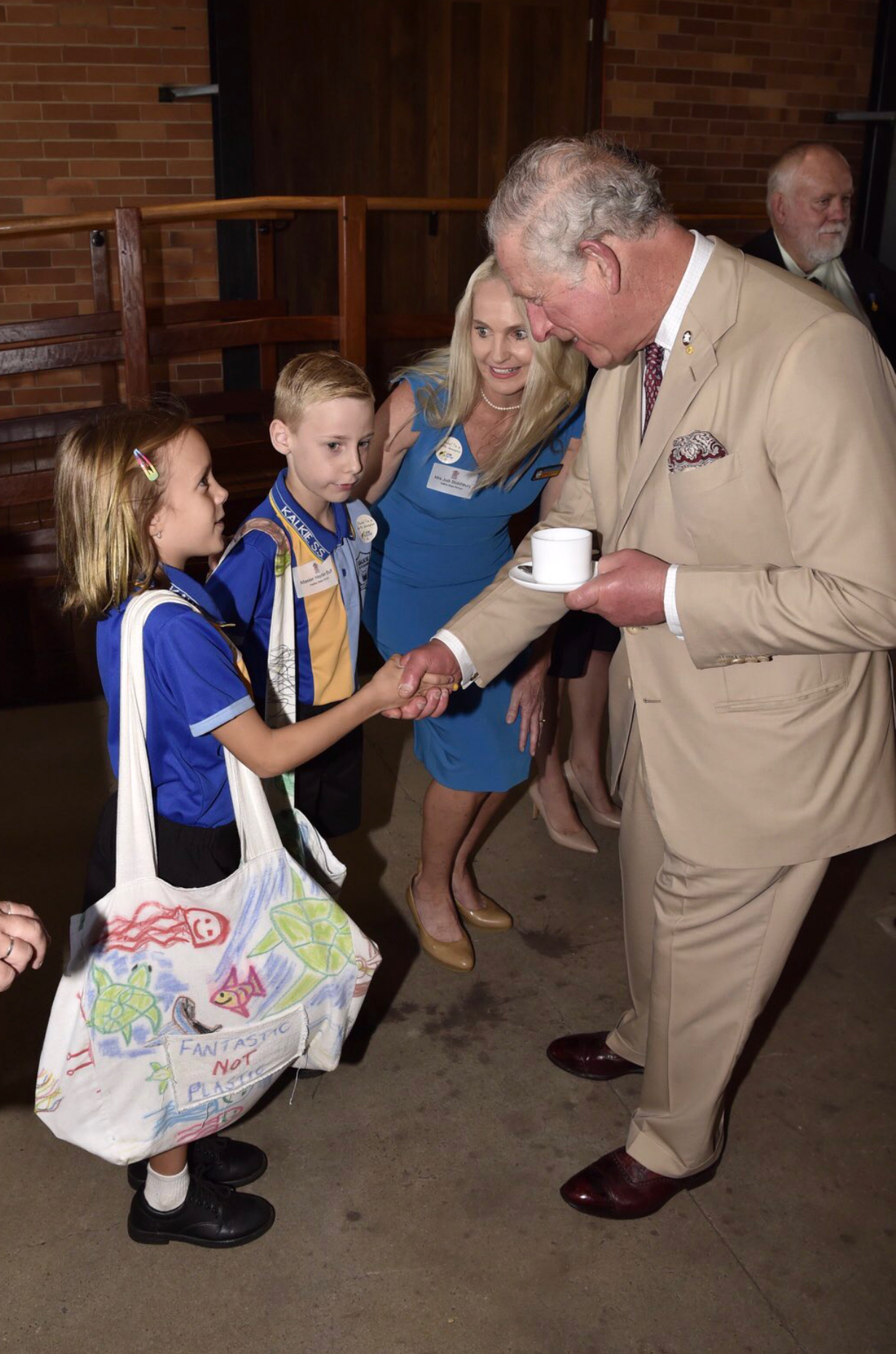 "Willow giving Prince Charles his ""Fantastic Not Plastic"" cloth bag"
